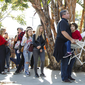 Image: Early US Presidential voters wait in long lines in North Holllywood California