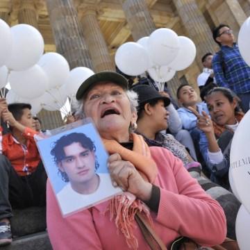 COLOMBIA-FARC-PEACE-ACCORD-PARLIAMENT-DEMO