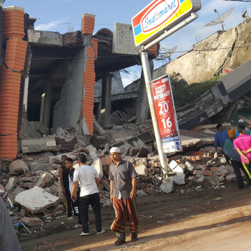 Image: People survey the damage after dozens of buildings collapsed following a 6.4 magnitude earthquake in Ule Glee, Pidie Jaya in the northern province of Aceh, Indonesia