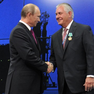 Image: Vladimir Putin presents ExxonMobil CEO Rex Tillerson with a medal in 2012