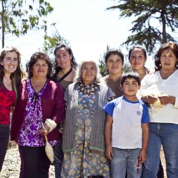 Voz founder Jasmine Aarons with the Chilean weavers.
