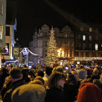 Image: Crowds in Windsor enjoy the tree