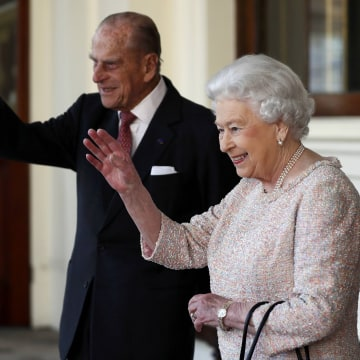 Image: Britain's Queen Elizabeth II and Britain's Prince Philip, Duke of Edinburgh (L) wave farewell to Colombian President Juan Manuel Santos and his wife Maria Clemencia de Santos following their state visit, at Buckingham Palace on Nov. 3, 2016.