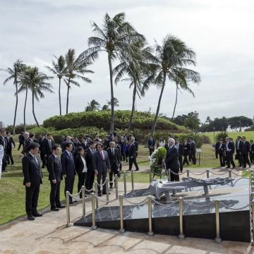 Image: Shinzo Abe elegation bow at the Ehime Maru Memorial at Kakaako Waterfront Park