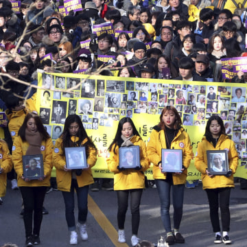 Image: South Korean college students march with portraits of deceased former sex slaves