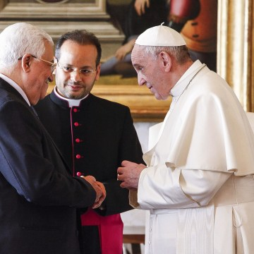 Image: Palestinian president Mahmoud Abbas  talks with Pope Francis
