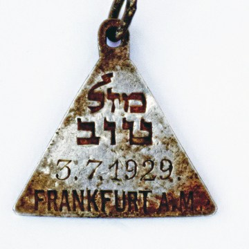 Image: Pendant that appears identical to one belonging to Anne Frank