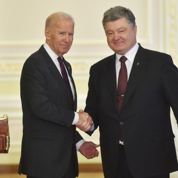 Image: Biden and Poroshenko shake hands