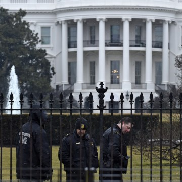 Image: Secret Service officers outside White House