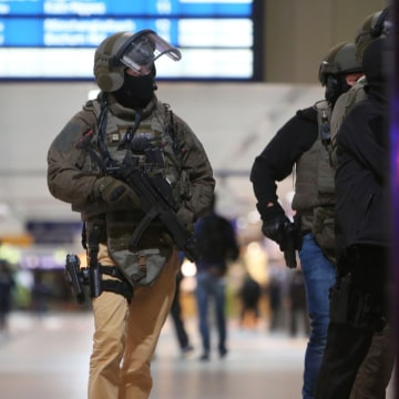 Image: Special police commandos arrive at the main train station in Duesseldorf