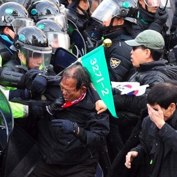 Image: South Korean supporters of Park Geun-Hye clash