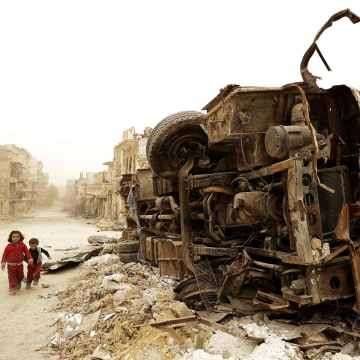 Image: Syrian children play during a sandstorm in Aleppo
