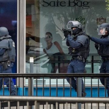 Image: Armed police move into position