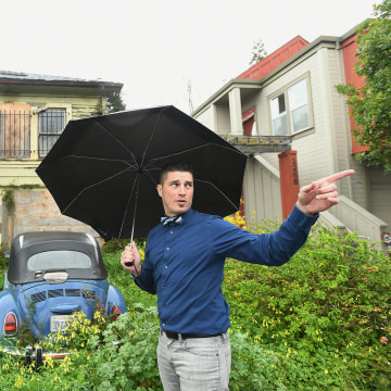 Image: Emeryville Vice-Mayor John Bauters gestures in front of a neglected property in Emeryville