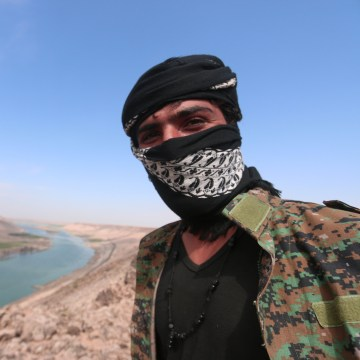 Image: An SDF fighter near Euphrates River, Raqqa