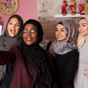 Image: Muslim girls take a selfie
