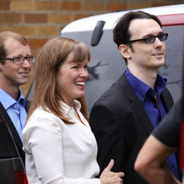 Image: Damien Echols and his wife Lorri Davis exit the Craighead County Courthouse Annex
