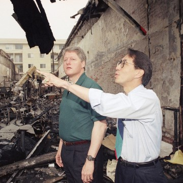 Image: Los Angeles councilman Mike Wu shows presidential candidate Bill Clinton the damage in Koreatown