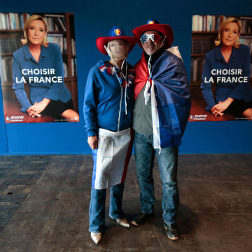 Image: People wearing Marine Le Pen masks arrive at the Parc des Expositions in Villepinte