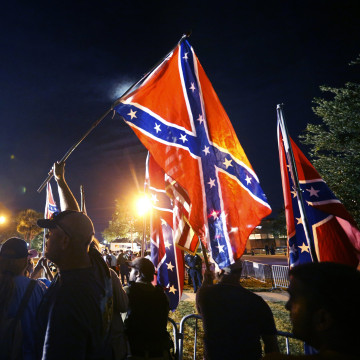 Image: Demonstrators who supports keeping Confederate era monuments protest