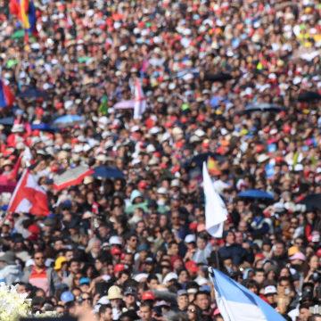 Image: Crowd of devotees in Fatima.