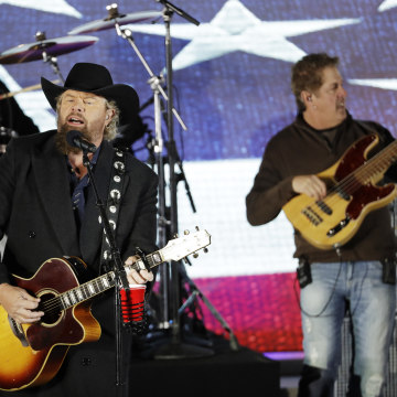 Image: Toby Keith performs at a pre-Inaugural celebration at the Lincoln Memorial