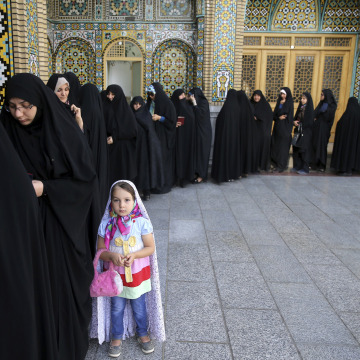 Image: Iranian women line up to vote