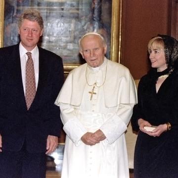 Image: President Bill Clinton, Hillary Rodham Clinton and Dorothy Rodham meet Pope John Paul II