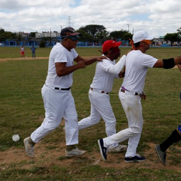 Image: The visually impaired warm up during a baseball lesson at the  Changa Medero stadium