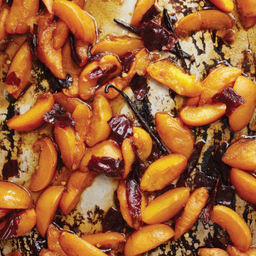 Image: Sour Cream Ice Cream with Chile and roasted Apricots