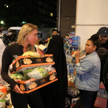 Image: Volunteers help with food deliveries after the Grenfell Tower fire in London