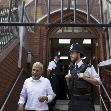 Image: Met Police at Finsbury Park mosque in north London