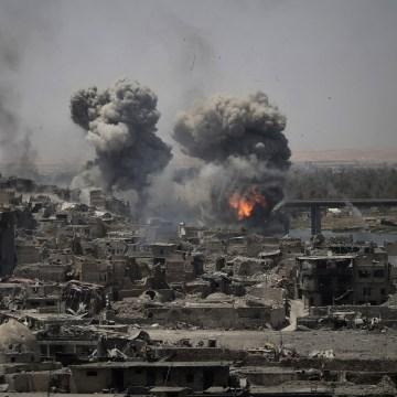 Image: Airstrikes target ISIS positions on the edge of the Old City in Mosul
