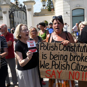 Image: Protesters in front of the presidential palace in Warsaw.