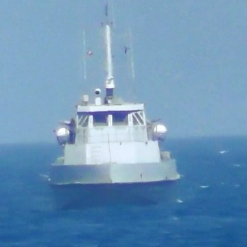 Image: Iranian vessel steers close to the U.S. Navy coastal patrol craft USS Thunderbolt in the Gulf i