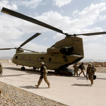 Image: U.S. Troops Walk from a Chinook helicopter in Uruzgan Province