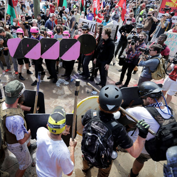 "Image: Battle lines form between white nationalists, neo-Nazis and members of the ""alt-right"" and anti-fascist counter-protesters"