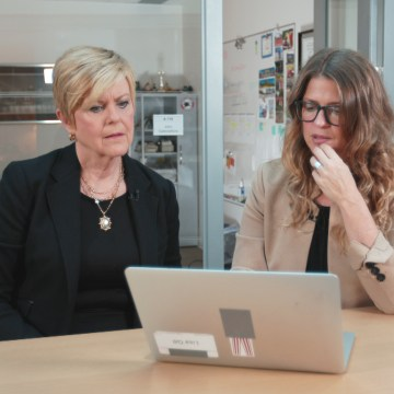 Image: Lisa Gill of Consumer Reports shows Anne Thompson ways to comparison shop online before you head to the pharmacy.