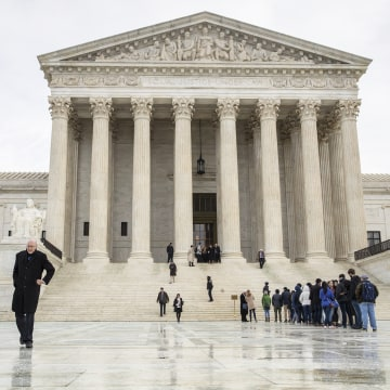 Image: People stand in the seat of the Supreme Court of the USA. UU In Washington to attend the arguments