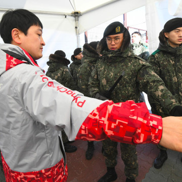 Image: South Korean soldiers replaced security guards that showed symptoms of the norovirus