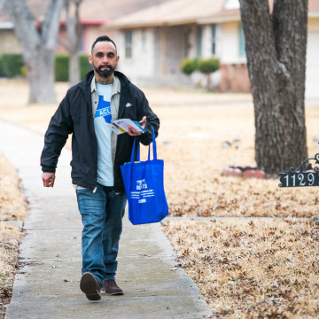 Image: William Roundtree, 40, a campaign canvaser for the ACLU of Texas, goes door to door in south Dallas