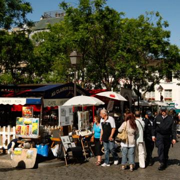 Image: Tourists near Sacre Coeuer Basilica in Paris