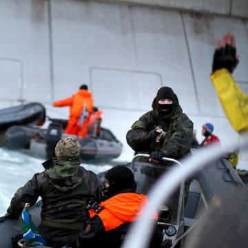 Greenpeace environmentalists remove gas from Gazprom's platform 24.08.2012 28