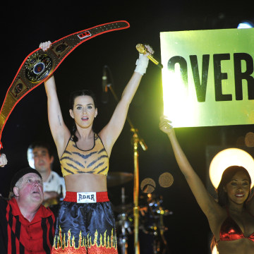 NEW YORK, NY - AUGUST 25:  (EXCLUSIVE COVERAGE) Musician Katy Perry performs during the 2013 MTV Video Music Awards in Empire-Fulton Ferry Park on Aug...