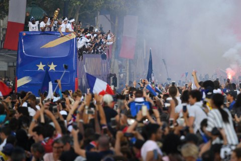Thousands cheer World Cup champions in Paris