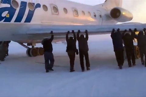 Passengers in Russia Push Frozen Plane in Siberia Loose