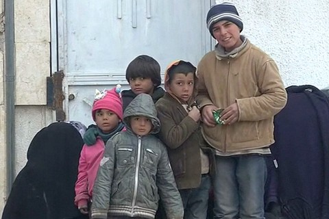 Syrian Refugees Fleeing Bombings Amass at Closed Turkish Border