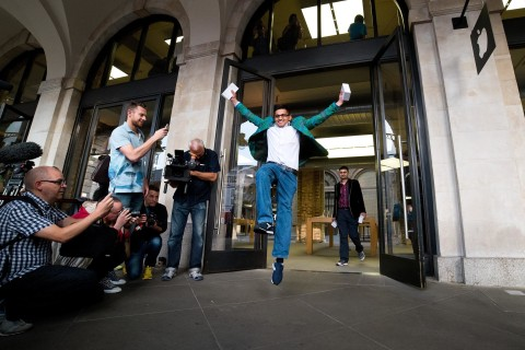Crowds Worldwide Line Up For Apple's iPhone 6