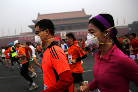 Marathoners Face Menacing Beijing Smog on Race Day