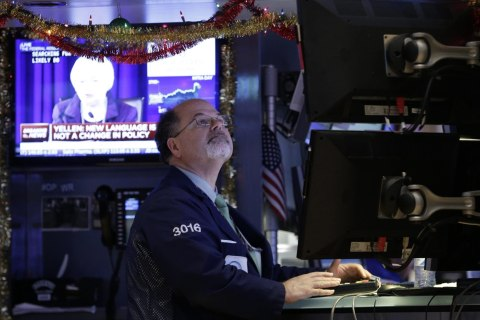 Dow Soars More Than 400 Points as Oil Prices Fall